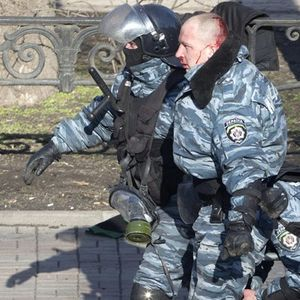 (Видео)КАКО СИ ПОМИНА НАСИЛНАТА ПОЛИЦИЈА ВО УКРАИНА: Немири во центарот на Киев, повредени десет полицајци