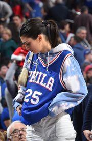 懂個籃籃球女神:76人全明星控衛Simmons的前女友—Kendall Jenner