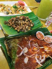新加坡~地道Chomp Chomp Food Center。令人回味的燒魔鬼魚