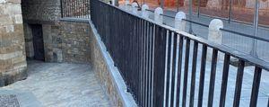 Ringhiera di Porta San Giacomo. Sgarbi: «Da smontare» e oggi arriva il Soprintendente