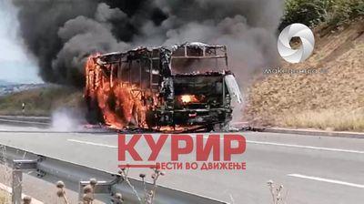 Погледнете како гореше автобусот на автопатот Штип-Миладиновци