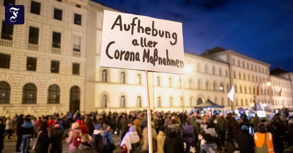 Corona-Liveblog: Pensionierter Polizist muss nach Querdenken-Demo 10.000 Euro zahlen