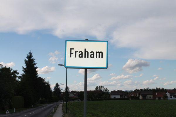 Unfall in Fraham: Pkw über Böschung gestürzt