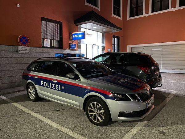 Unfall: Unter Drogen stehender Mann prallte in Kufstein mit Pkw gegen Mauer