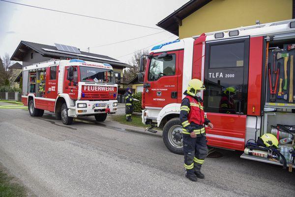 Brand: Flammen greifen von Gartenhütte auf Wohnhaus über in Neukirchen am Walde