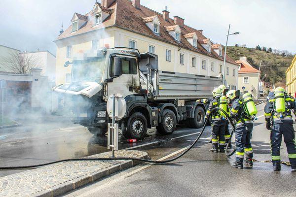 Stadt Krems: Lkw brennt im Kreisverkehr in Stein