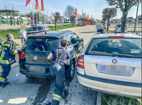 Stadt Krems: Feuerwehrleute rücken zur Pkw-Bergung in den Gewerbepark aus
