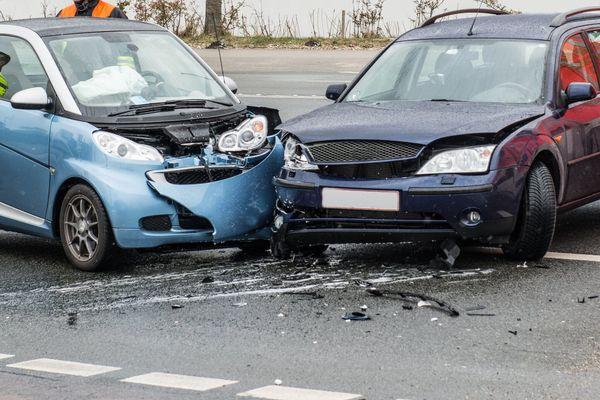 Pkw-Unfall: Zwei Verletzte nach Kreuzungscrash