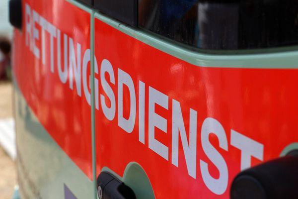 Arbeitsunfall: Mann verletzte sich schwer mit Stanzmaschiene