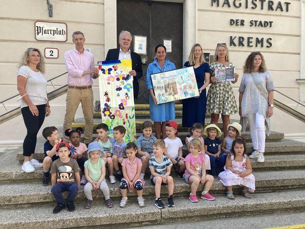 Stadt Krems: 150 Werke von 250 Kindern zieren Auslagen im Sommer