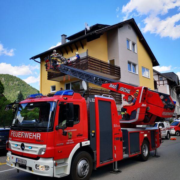 Feuerwehreinsatz in Bad Ischl: Person mit Drehleiter von Balkon gerettet