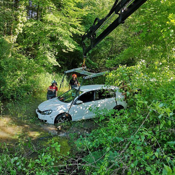 Feuerwehreinsatz in Bad Ischl: Autofahrt endet in in der Alten Traun