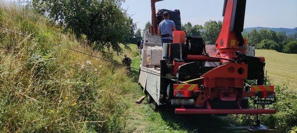Einsatz: Feuerwehr Katsdorf barg Lastwagen von schmalem Feldweg