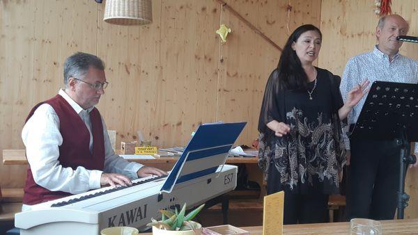 Internationale Wienerlieder in Ottakring: Yuko Mitani, Walter Schirato und Kuno Trientbacher beim Heurigen Herrmann in der Johann Staud Straße