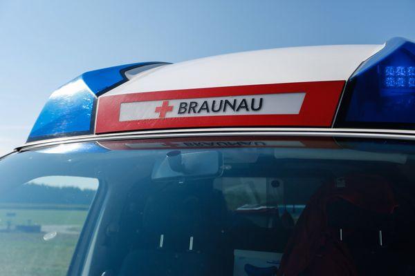 Polizeimeldung Bezirk Braunau: LKW-Fahrer übersieht Mitarbeitern und klemmt sie ein