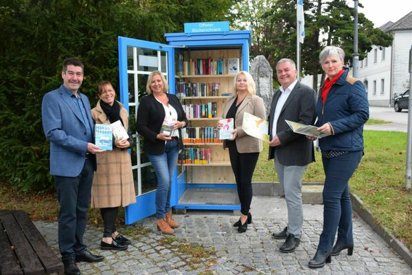 Lesestoff am Marktplatz: Ulmerfelder verwandeln Telefonzelle in Bücherschrank