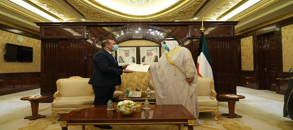 The Minister of Planning hands the Kuwaiti Prime Minister a written message from Al-Kazemi to the Emir of Kuwait / expanded 919443-528f15fb-a794-42fa-a0c4-ad384c8fa738