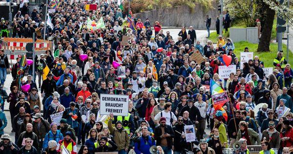 "15.000 bei ""Querdenker""-Demo: Stuttgarts OB will Corona-Verstöße mit Bußgeldern ahnden"