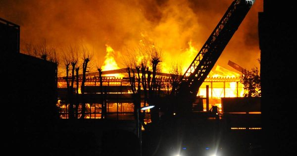 Weiträumige Sperrung : Holzhandel brennt lichterloh - Feuerwehr im Großeinsatz Ein Holzhandel in Viersen ist in der Nacht in Brand geraten. Die Lagerhalle brennt in voller Ausdehnung, Personen wurden nicht verletzt, die Löscharbeiten dauern aber noch an. Der Einsatzort wurde weiträumig abgesperrt.