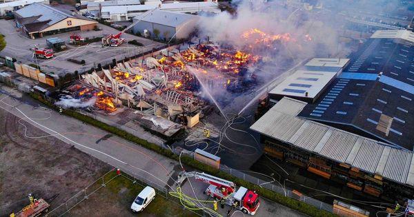 Brand in Viersener Holzlager: Feuerwehr beendet Löscharbeiten