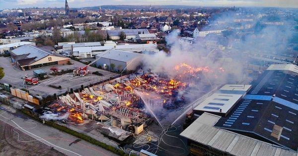 Rauchwolken über Viersen: Feuerwehr kämpft weiter gegen Brand in Holzlager