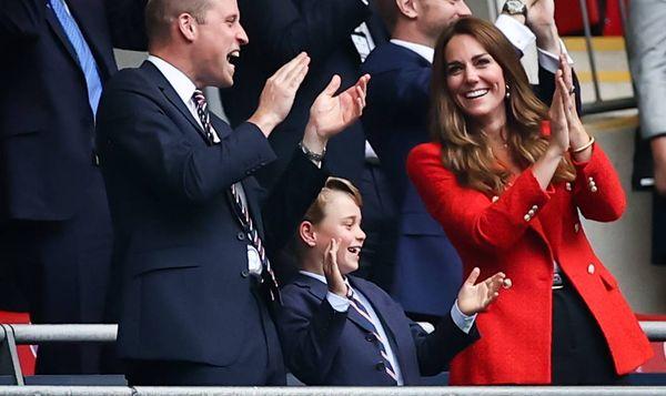Künftiger König : Prinz George wird acht Jahre alt - Geburtstagsfoto erinnert an Philip Die nächste Generation der britischen Royals zieht immer mehr Aufmerksamkeit auf sich. Im Mittelpunkt steht Prinz George, der seinen achten Geburtstag feiert. Beim EM-Finale fühlten sich viele Engländer mit ihrem künftigen König besonders eng verbunden.