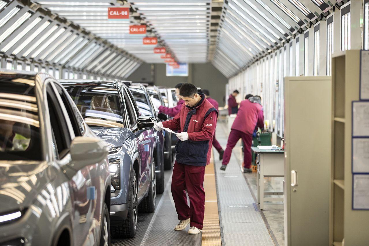 位于中国合肥一处蔚来汽车生产设施的检查线。