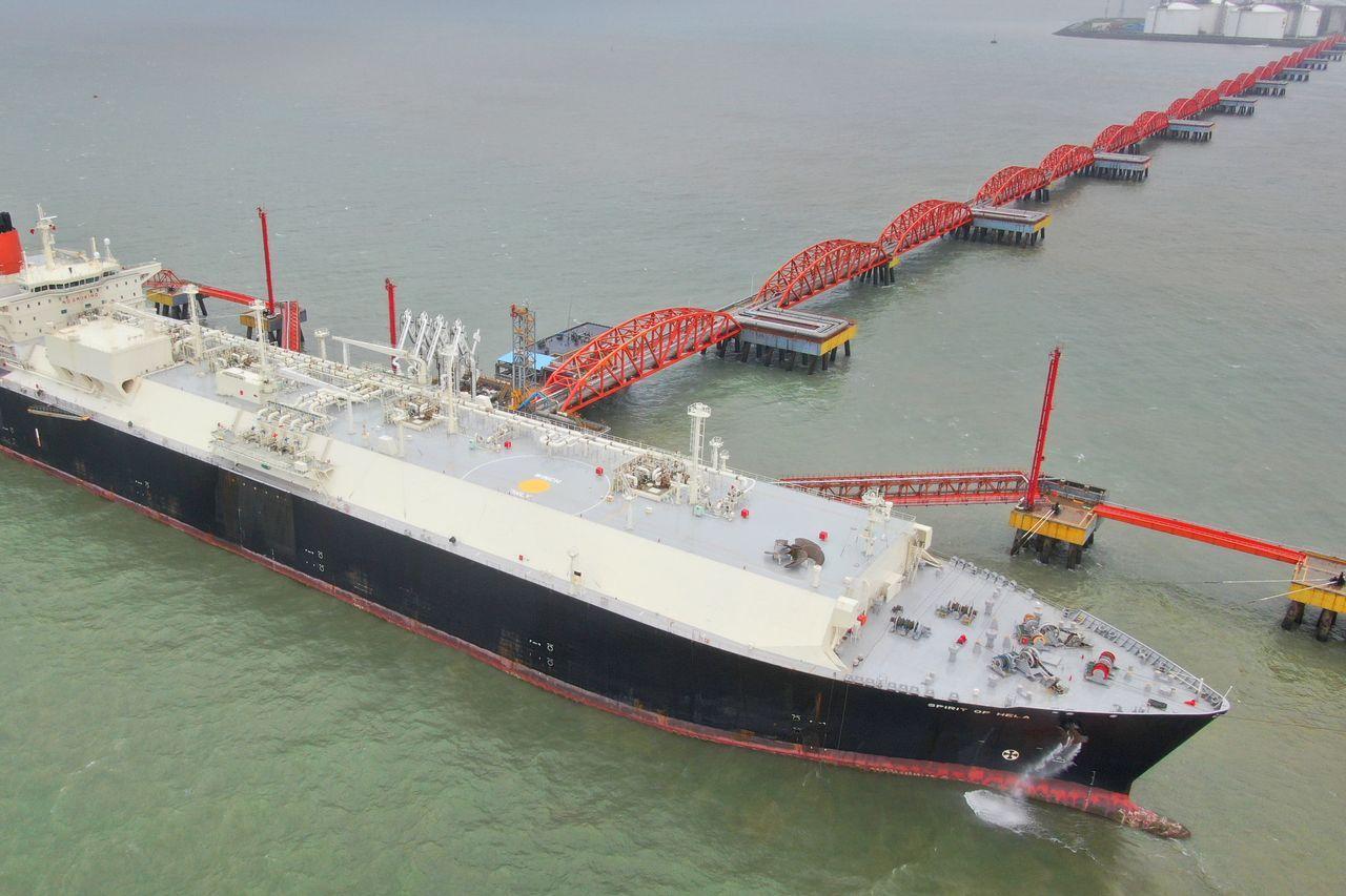 一些液化天然气运输船正通航绕过好望角的漫长路线前往亚洲。