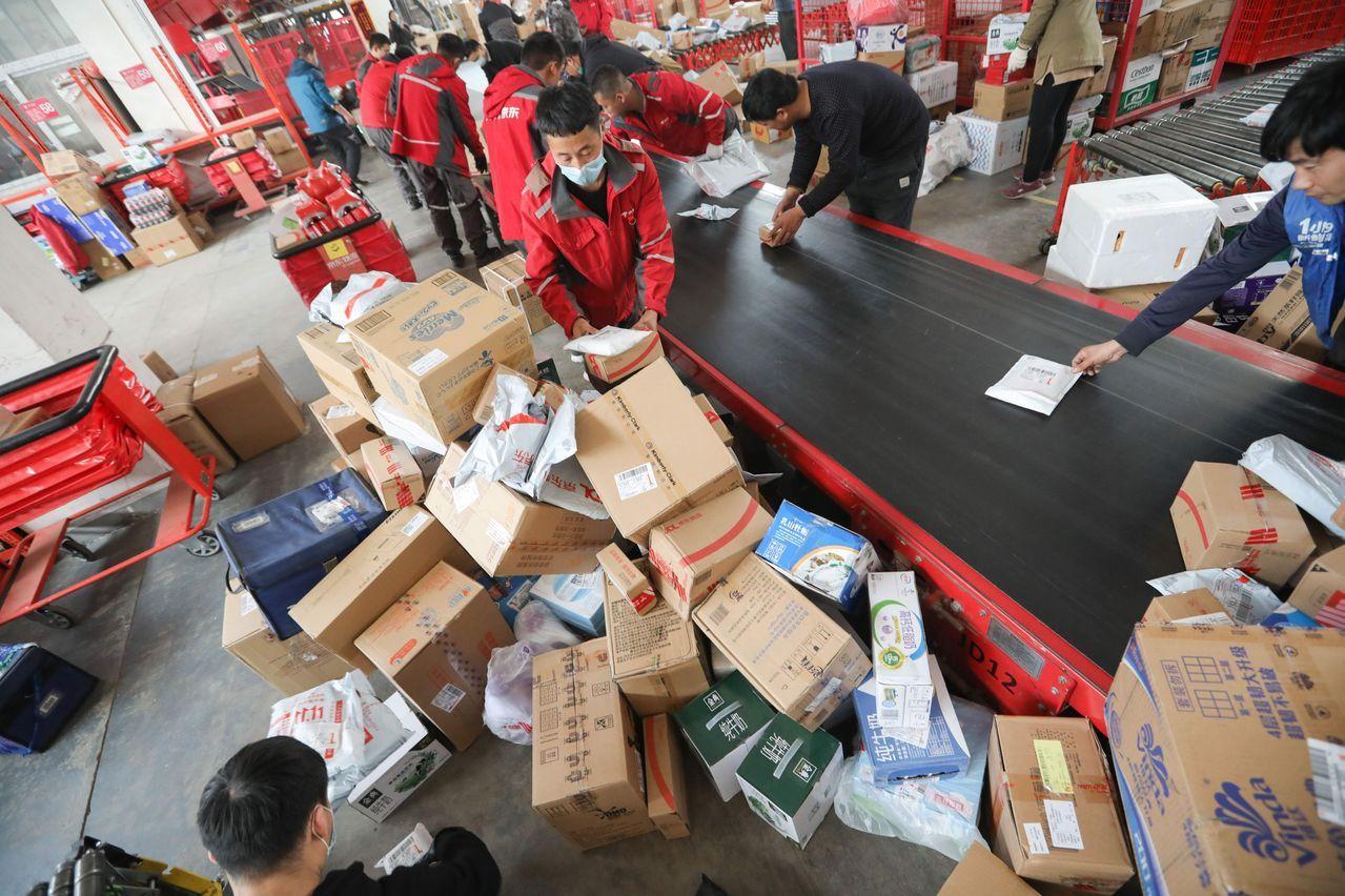 去年11月,北京,京东一个配送中心内正在分拣包裹。