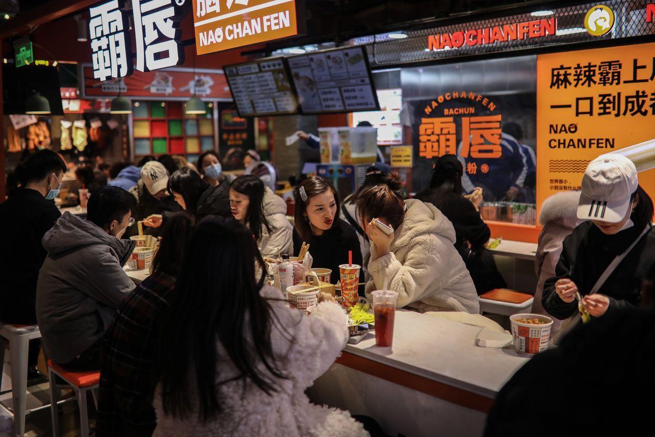 去年12月,在北京一家商场内就餐的食客。