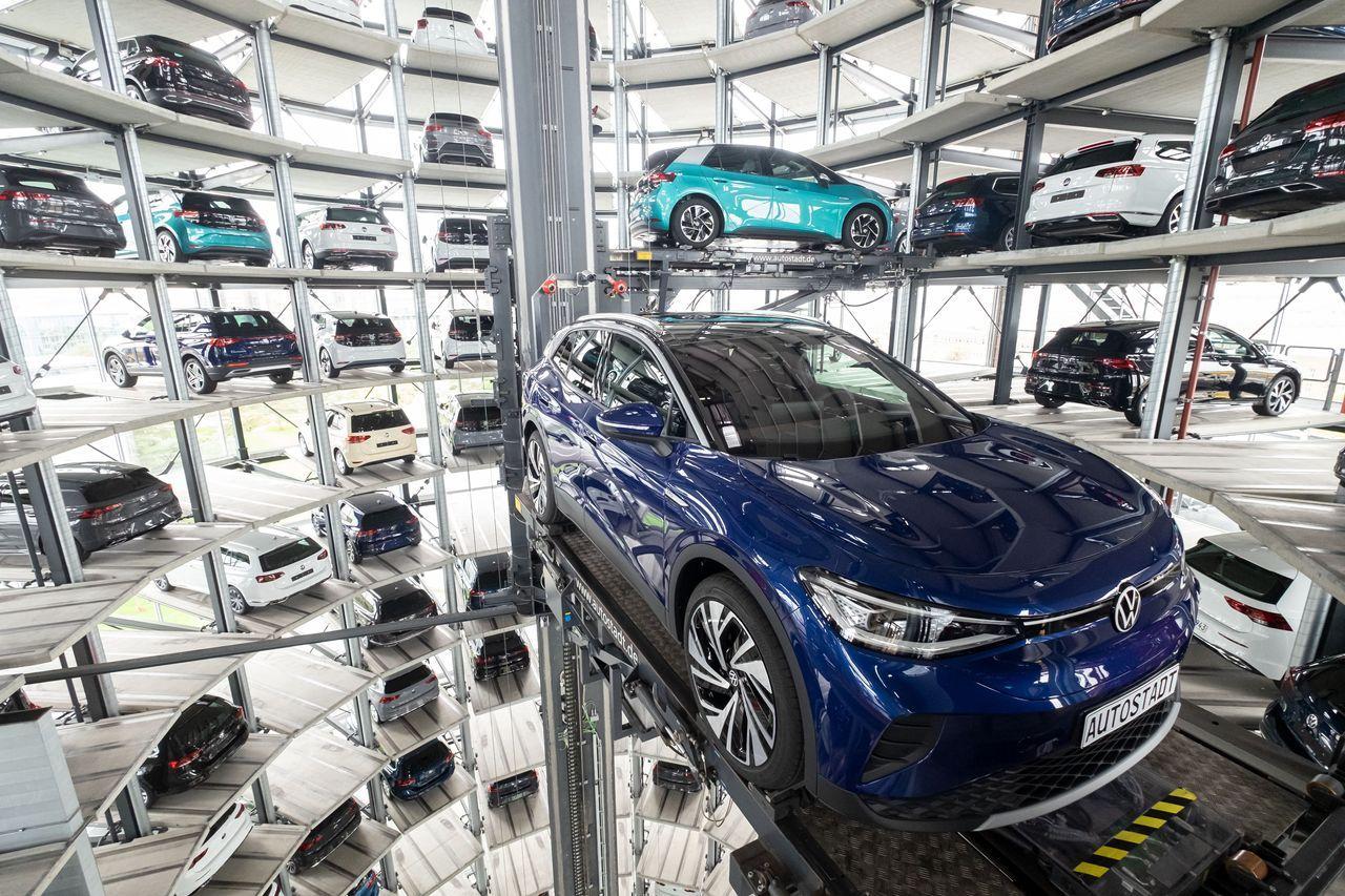 大众汽车德国工厂里传送平台上的新电动汽车。