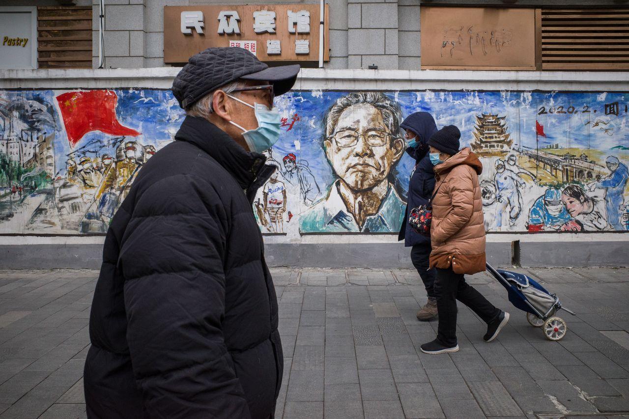 武汉的一堵墙上画着中国著名呼吸系统疾病专家钟南山的肖像,他帮助开展了针对疫情的调查。