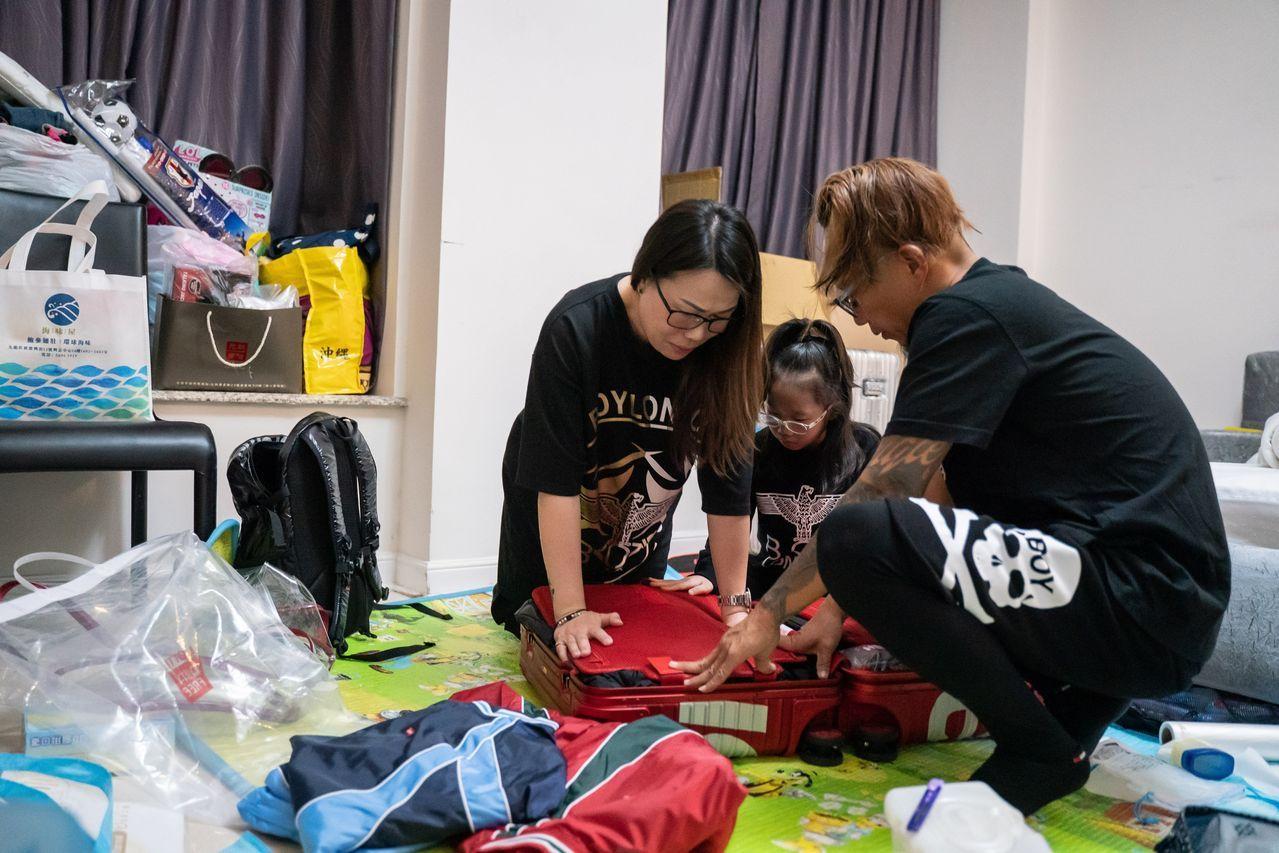 去年10月,Key Yeung和丈夫以及小女儿在香港的公寓里为搬到英国林肯做准备。