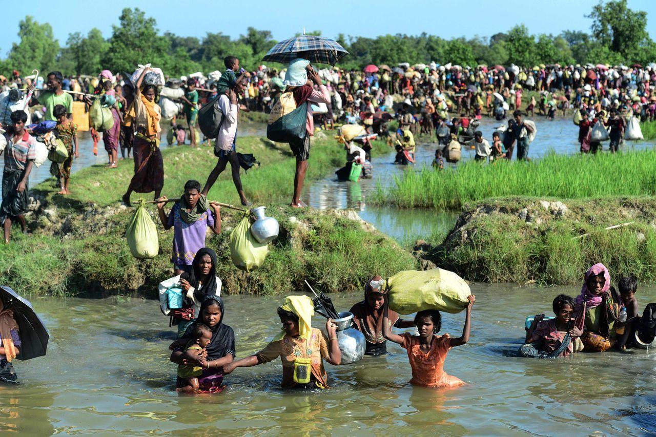 2017年10月,罗兴亚难民逃离缅甸,在渡过纳夫河后涉足一条浅水运河以到达孟加拉国。
