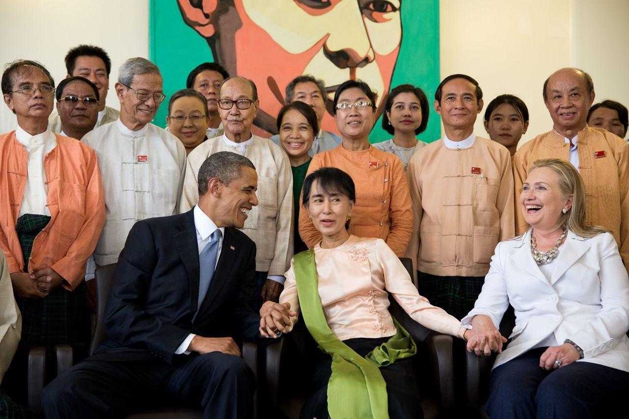 2012年11月,美国前总统奥巴马、缅甸文职领导人昂山素季和美国前国务卿希拉里。
