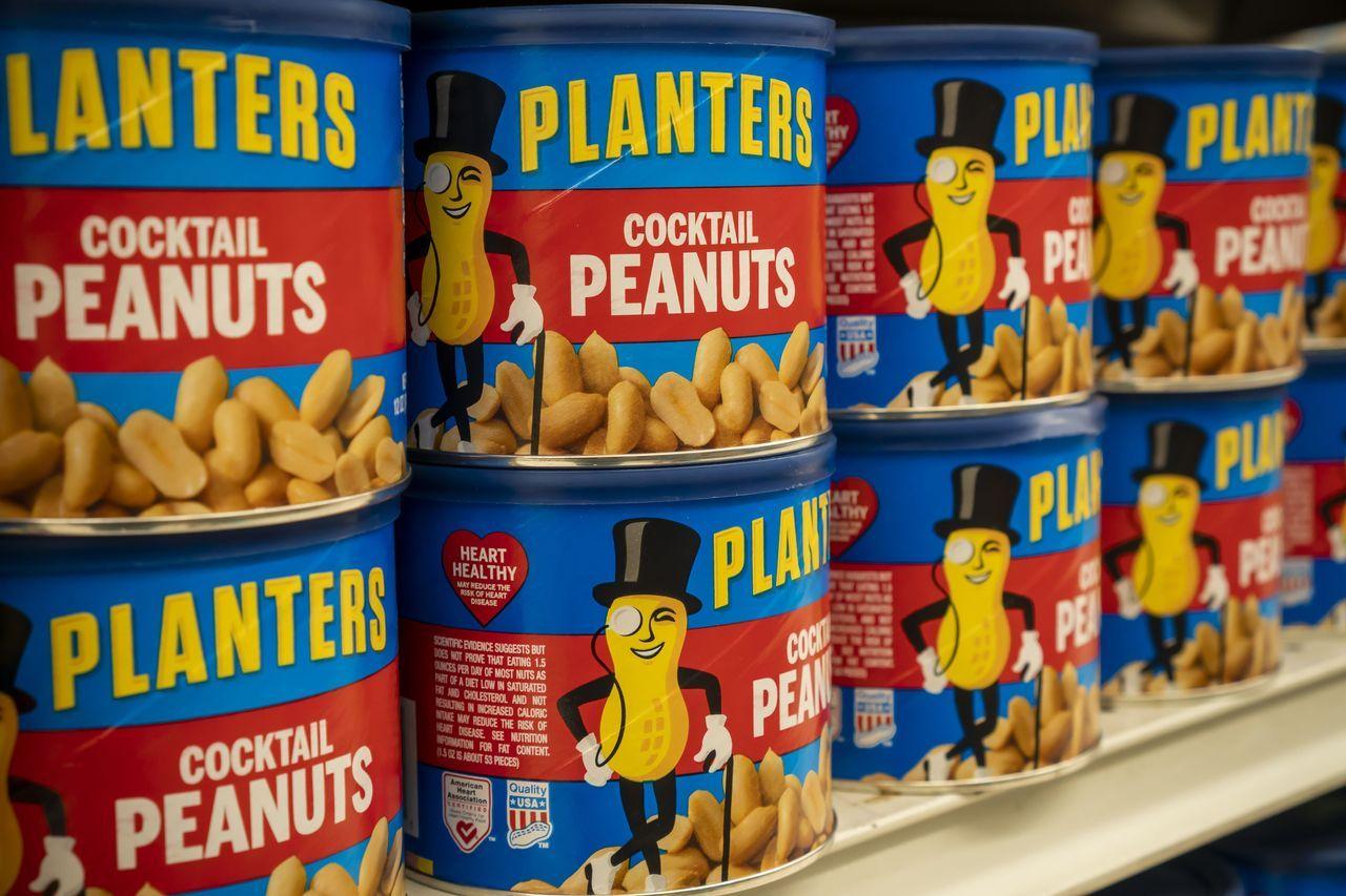 Planters主要销售坚果和零食,品牌标志是戴着顶礼帽、戴着眼镜的花生先生。