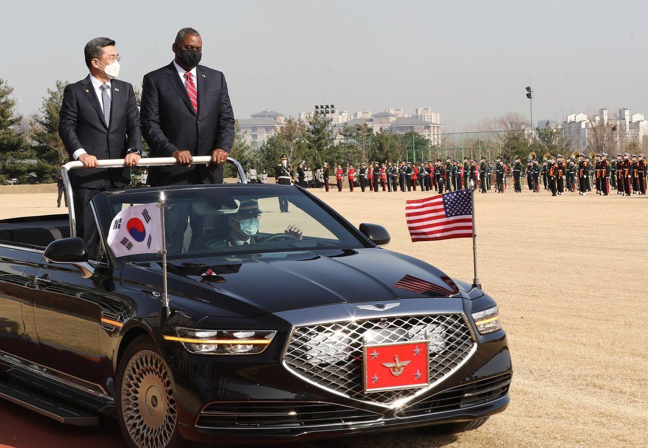 周三,首尔,美国国防部长奥斯汀受到韩国国防部长徐旭的欢迎。