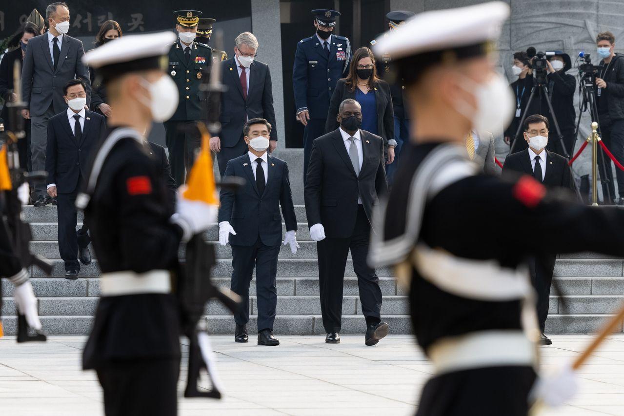 美国国防部长奥斯汀(中右)和韩国国防部长徐旭周四离开首尔国家公墓。