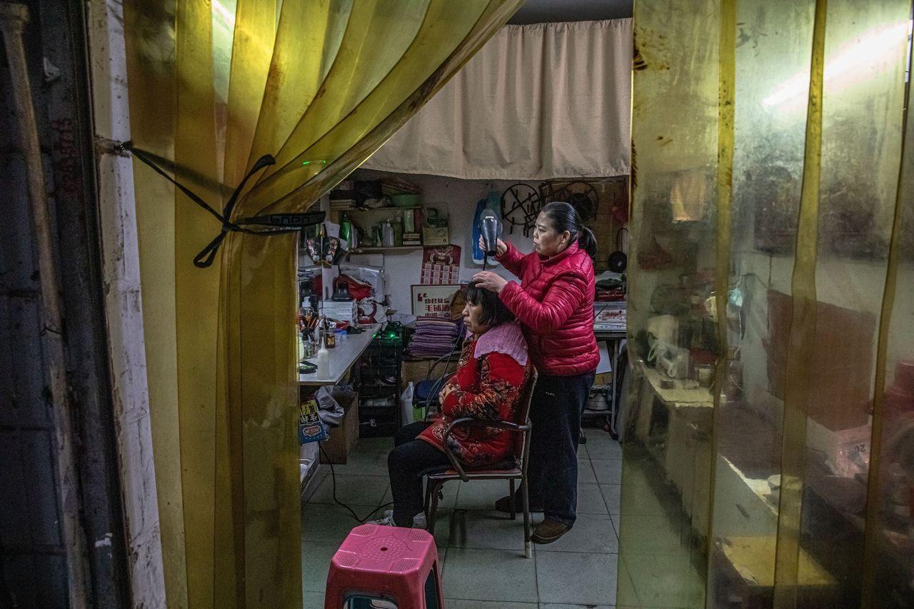 图为武汉的一家发廊。中国的消费支出总体上要弱于一些经济学家的预期。