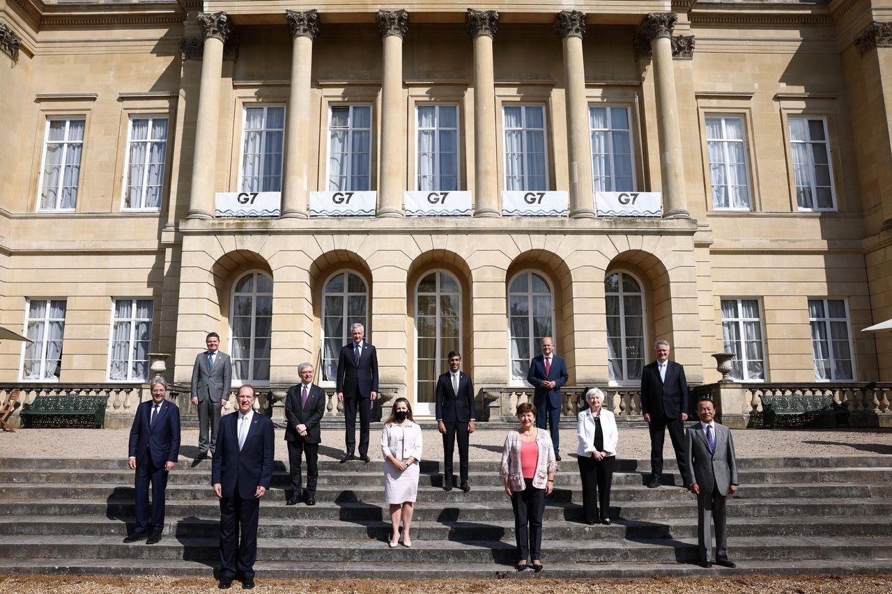 上周六在伦敦举行的G7会议与会者合照。