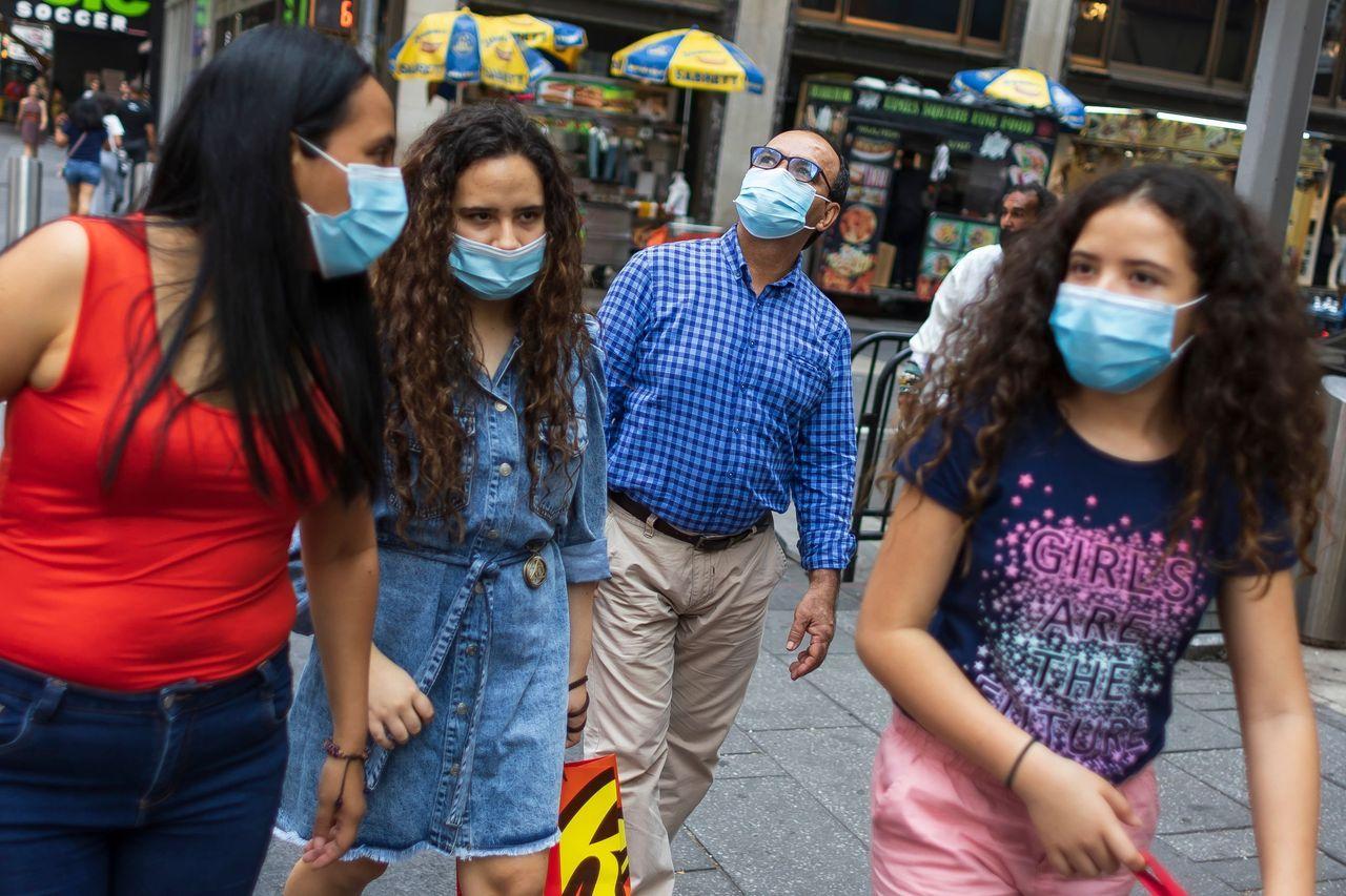 美国疾控中心建议,在该国某些地区,已接种疫苗的人也应恢复在室内佩戴口罩。照片于7月27日摄于纽约市街头。