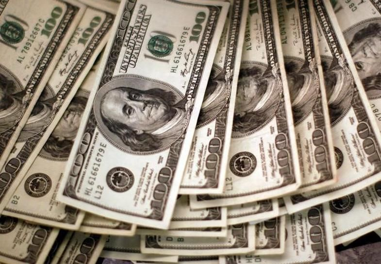Dollar strengthens as election seen swinging toward Clinton