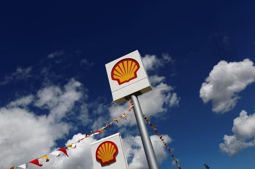 Shell sells Canadian oil sands, ties bonuses to emissions cuts