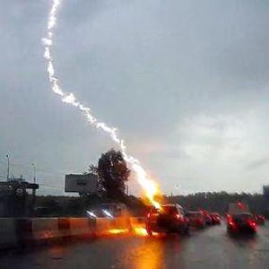 Како изгледа кога гром ќе удри во RАV4 во движење (ВИДEO)