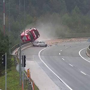 Видео што ја вознемири Словенија – цистерна падна од мост во провалија длабока 20 метри