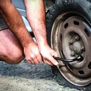 Како да замениме пукната гума без дигалка?