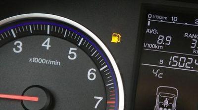 Горивото поскапува, па добро е да се знае: Колку км. може да помине возилото кога ќе светне сијаличката за гориво?