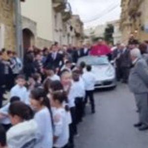 """ВИДЕО: Свештеник искористувал деца да му го влечат """"Поршето"""" низ улица"""