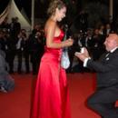 Чешки тајкун запроси 40 години помлада девојка на црвениот килим во Кан