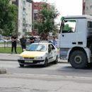 Се судрија такси и камион на булеварот Февруарски поход